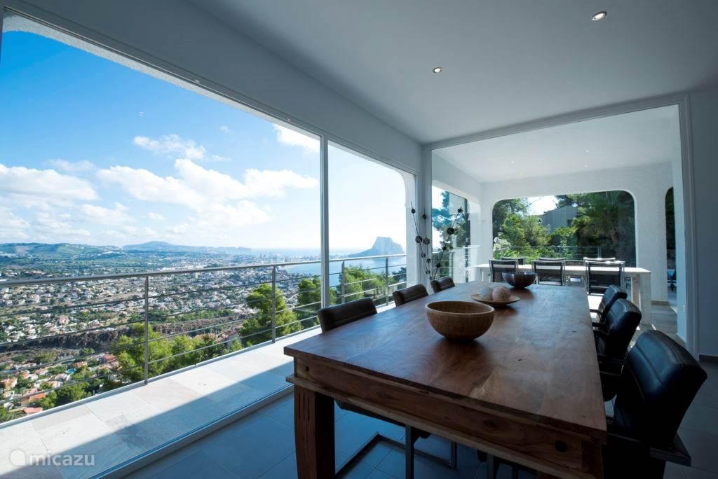 Uitzicht vanaf de woonkamer/eettafel