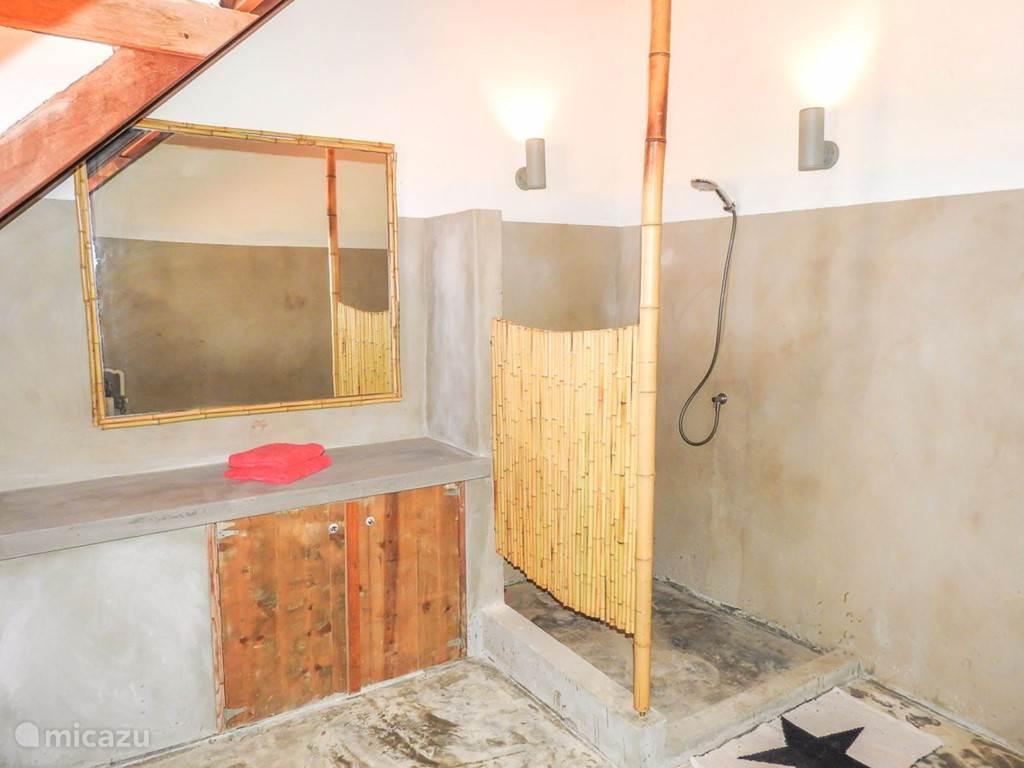 De ensuite badkamer van de romantische kamer