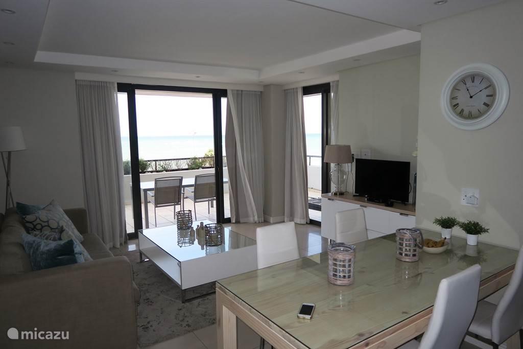 zitkamer met uitzicht op het terras en de zee.