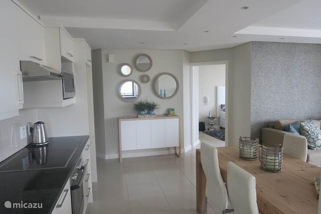 gedeelte van de keuken en een stukje van de kamer en de hoofd slaapkamer