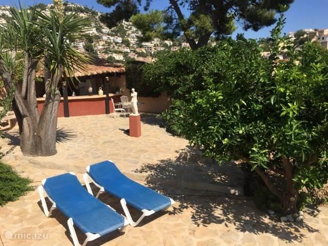 de villa beschikt over een zeer grote omheinde tuin met diverse terrassen, fruitbomen en een gezellige buitenkeuken