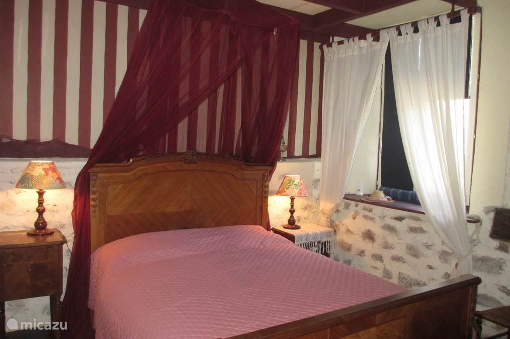 Tweepersoonsbed en raam in slaapkamer II
