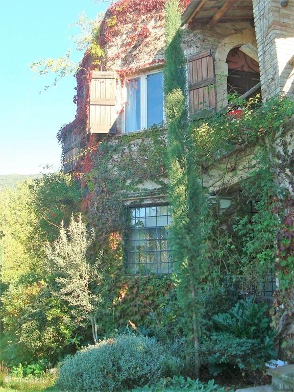 het onderste raam van het huis is van het apartement