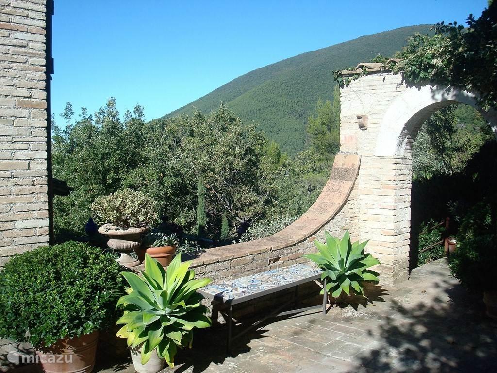 de poort naar de tuin en de directe omgeving van het huis