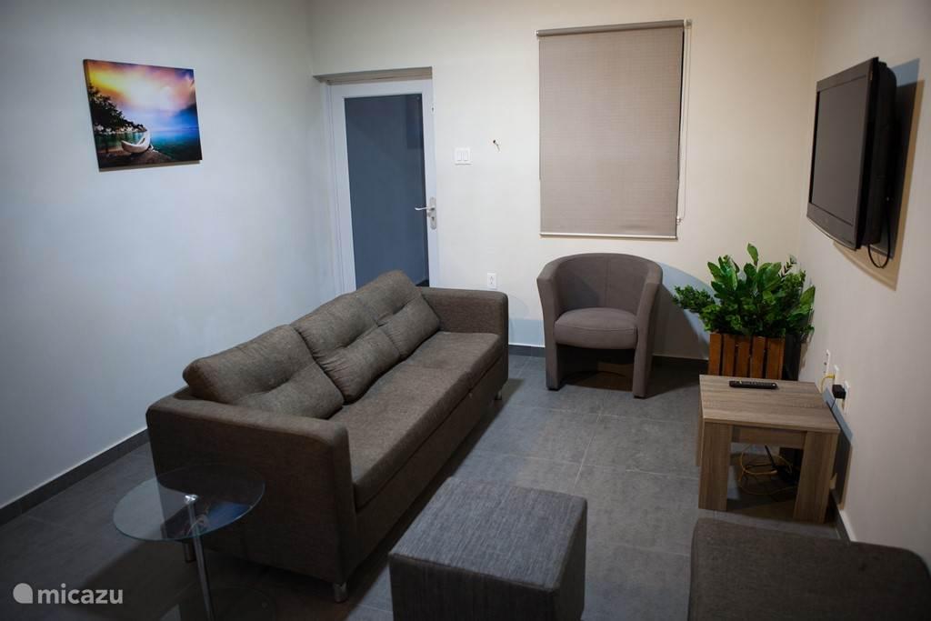 woonkamer met tv met 300+ kanalen en films