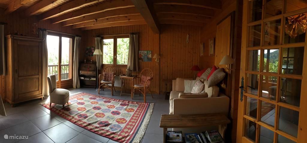 Overzicht zit/eetkamer met openslaande deuren naar het balkon