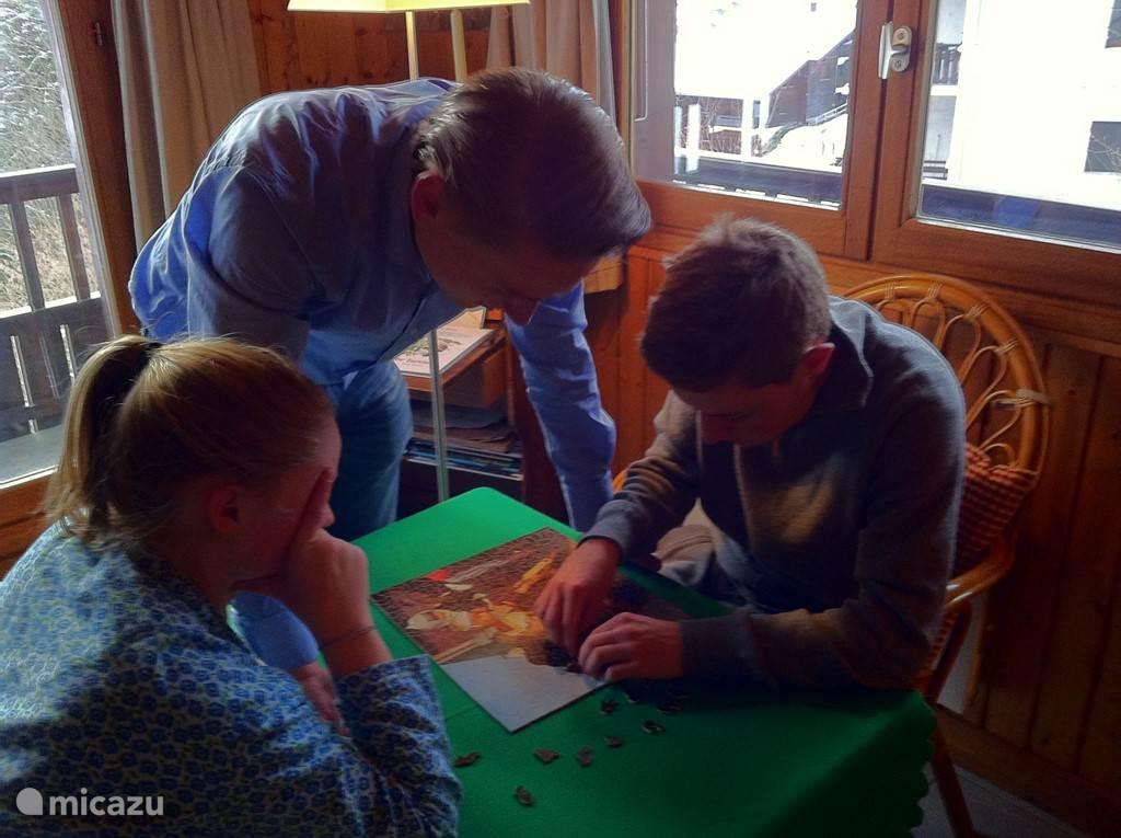 Saamhorig puzzelen na het skiën.