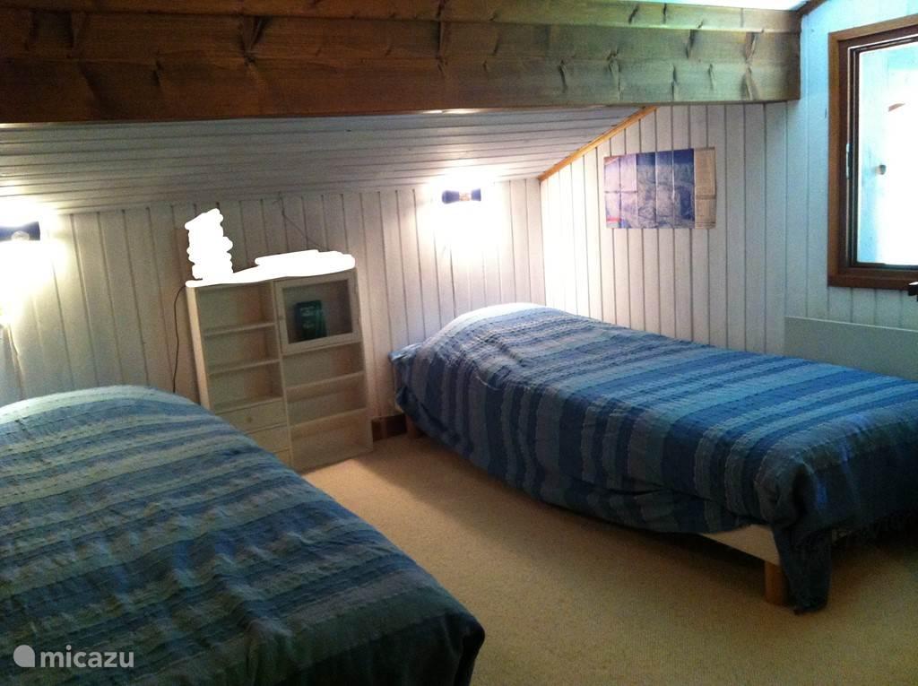 Slaapkamer met 2 bedden.