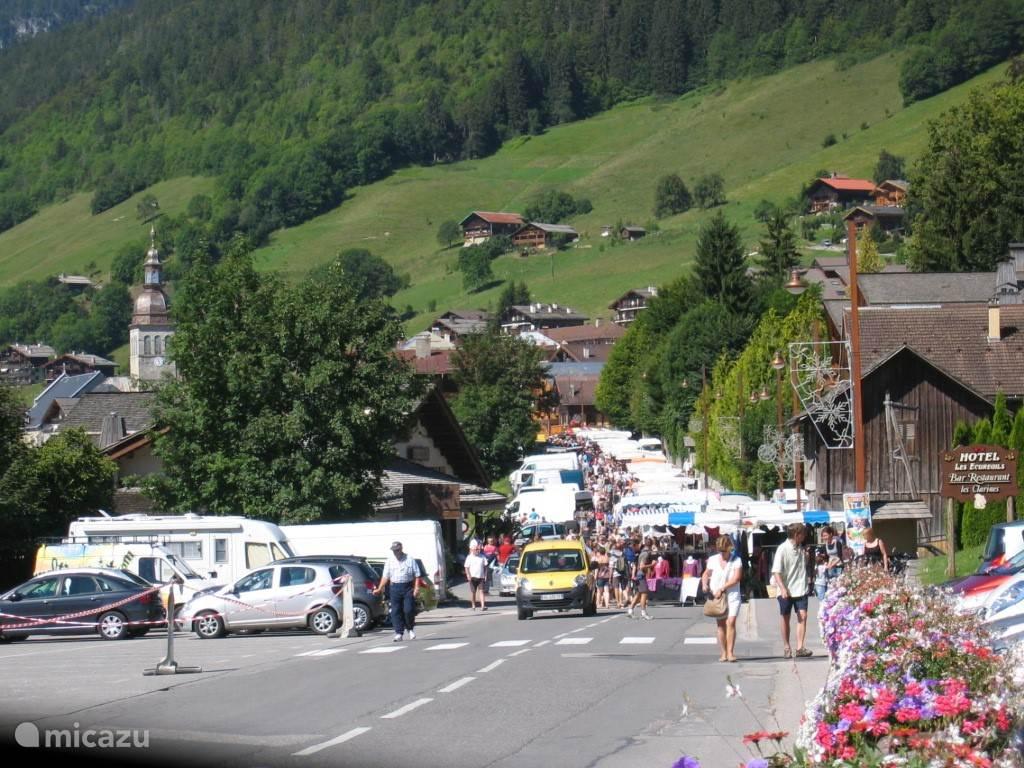 Markt op woensdag in het dorp