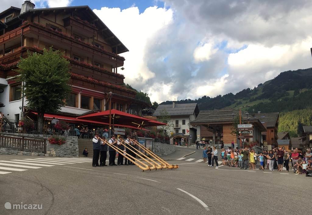 Alpenblazers in het dorp op de nationale feestdag van Frankrijk, 14 Juli