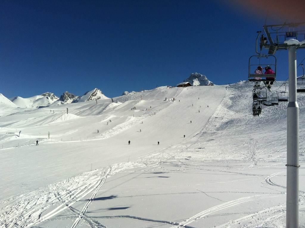 Skilift naar Terre Rouge met op de achtergrond de top van de Point Percée