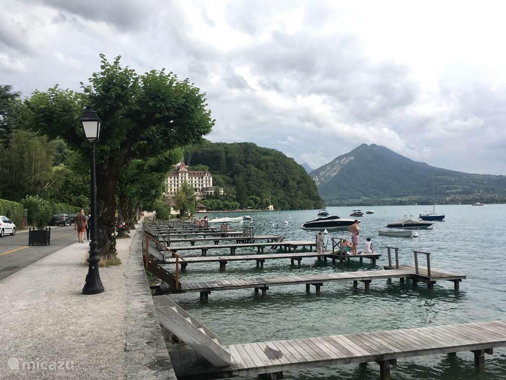 Het dorpje Menthon-St. Bernard aan het meer van Annecy