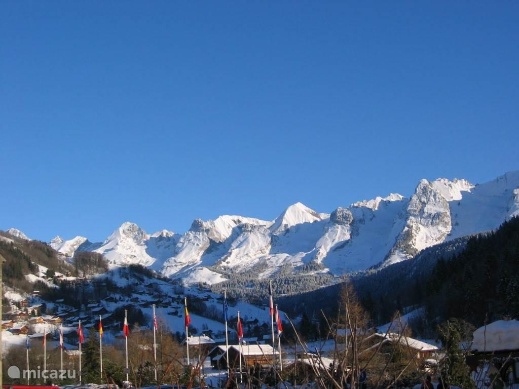 Uitzicht op de Aravis vanuit het dorp