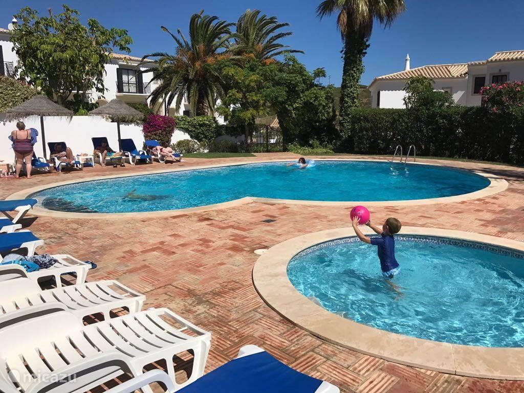 Het zwembad wordt 9 maanden verwarmd.