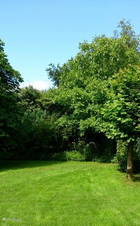 Een deel van de ruime tuin; lekker vrij genieten van uw rust..
