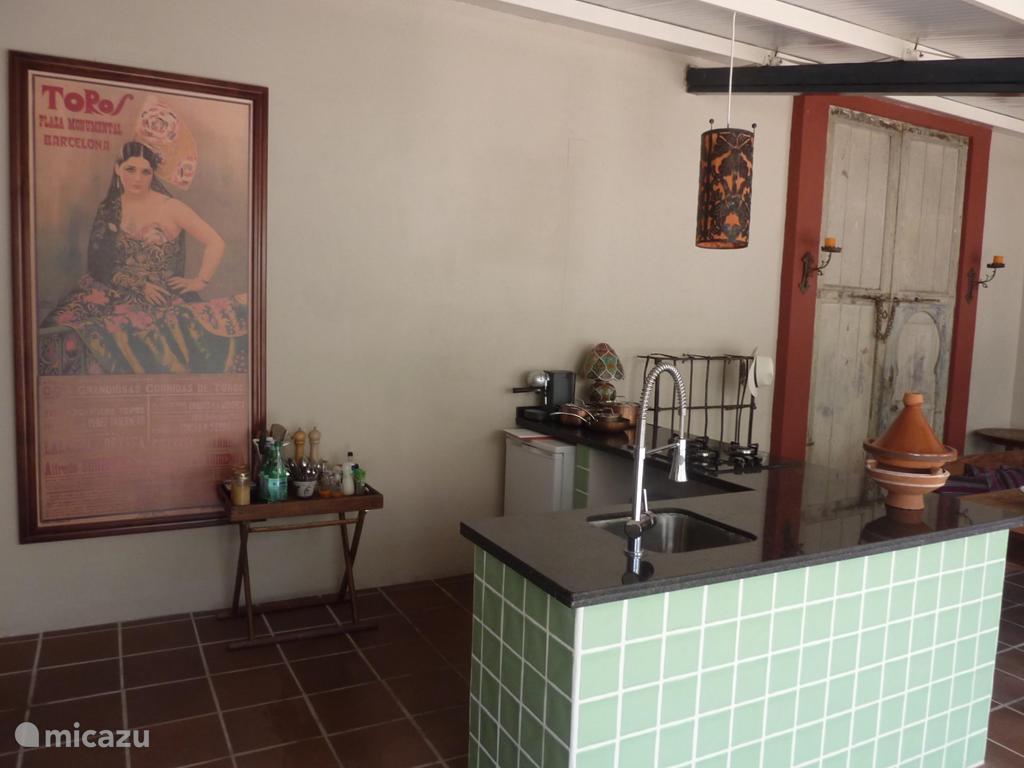 De open keuken met kookeiland is voorzien van alle gemakken.