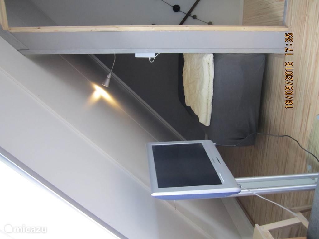 de tv en het 3e bed aan de andere kant van het appartement