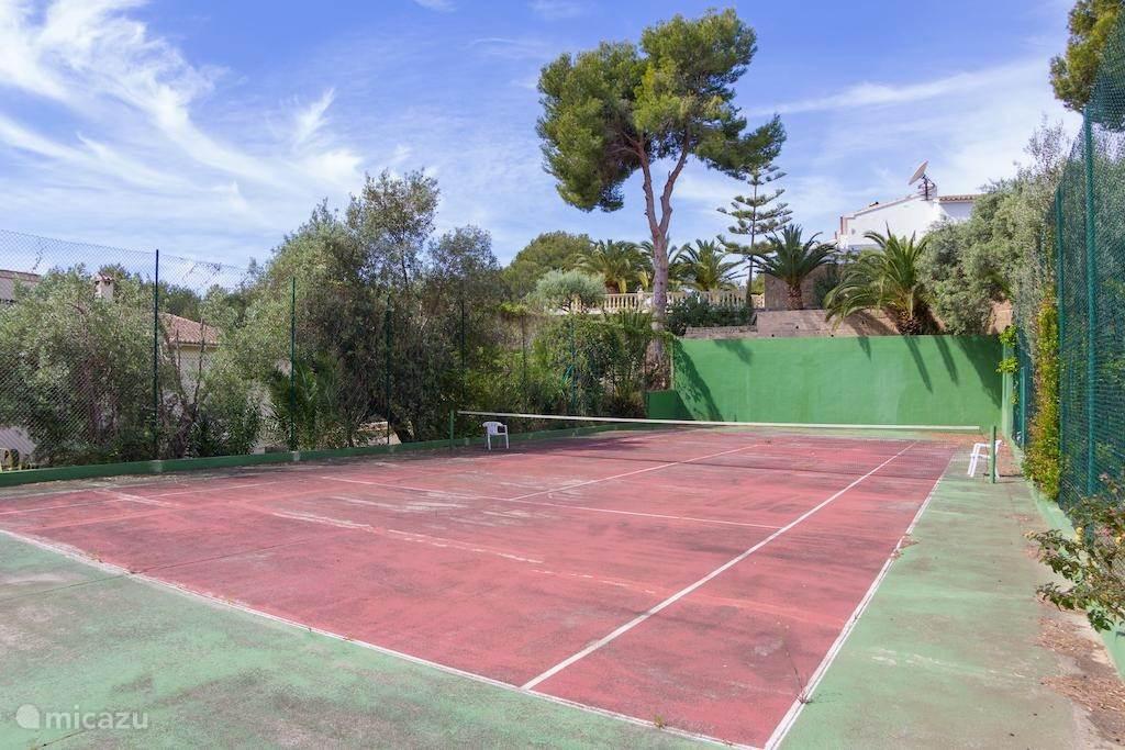 Tennisbaan, liggend in het onderste gedeelte van het terrein