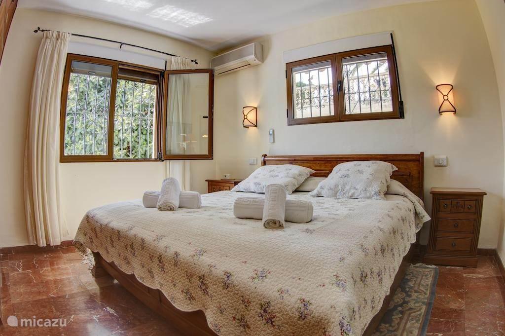 Één van de slaapkamers met aangrenzende badkamer