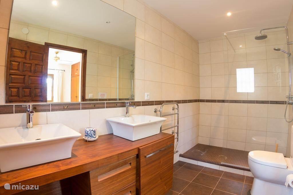 Één van de badkamers met aangrenzende slaapkamer