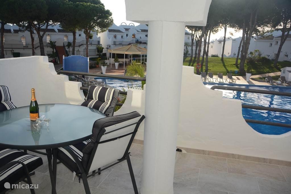 Vanaf het tweede terras heeft u een mooi uitzicht op het zwembad. Het is hier heerlijk vertoeven met een drankje terwijl u uw kinderen in de gaten kan houden.