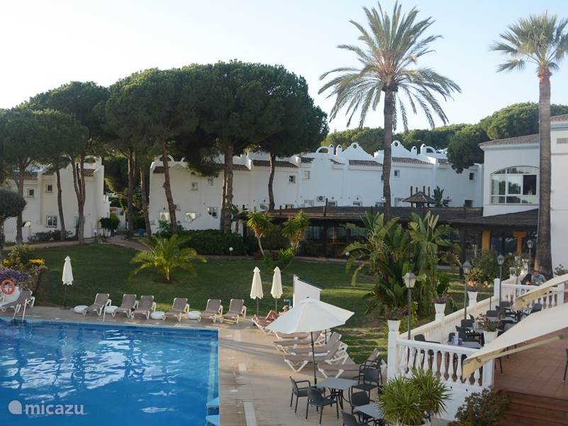 Het is een gezellig zwembad met een groot zwembad en een kleiner zwembad voor de kleinere kinderen.