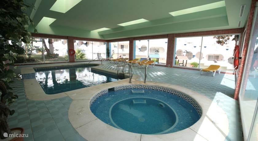 Binnen zwembad met Spa