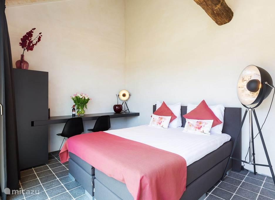 De kamer heeft een kenmerkende basisinrichting de details kunnen veranderen en maken het geheel compleet.