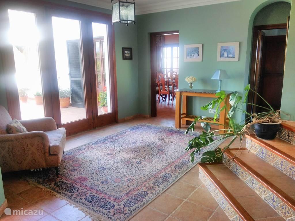 Centrale hal, naar de eetkamer en keuken, Master Bedroom, woonkamer en office. Trap naar de 4 slaapkamers.