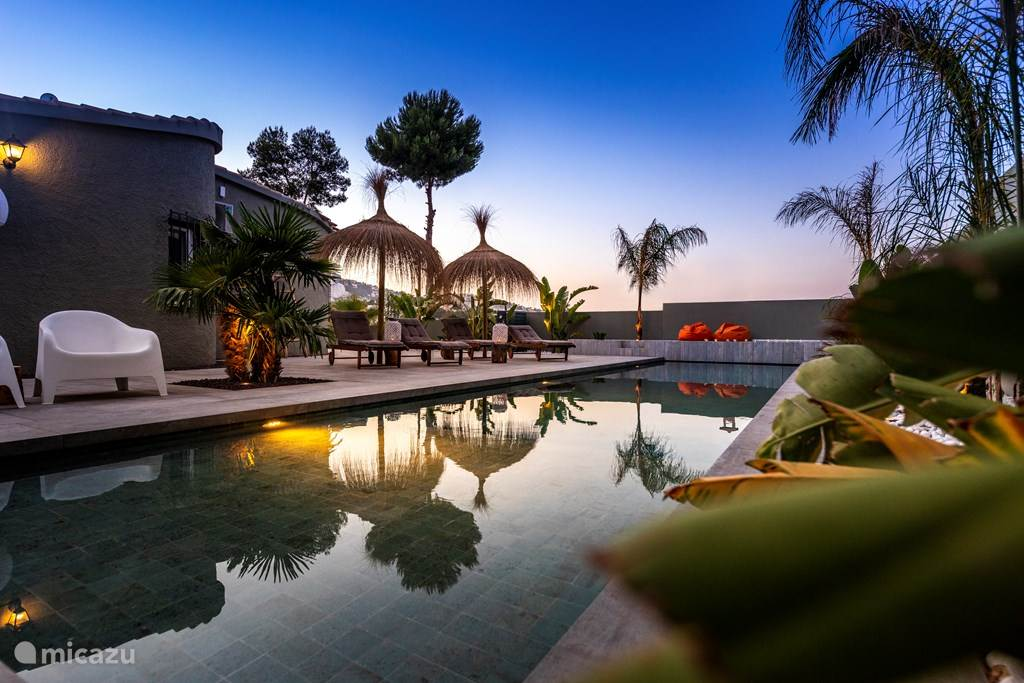 Zwembad area. Naast deze area nog 4 grote area's rondom de villa.