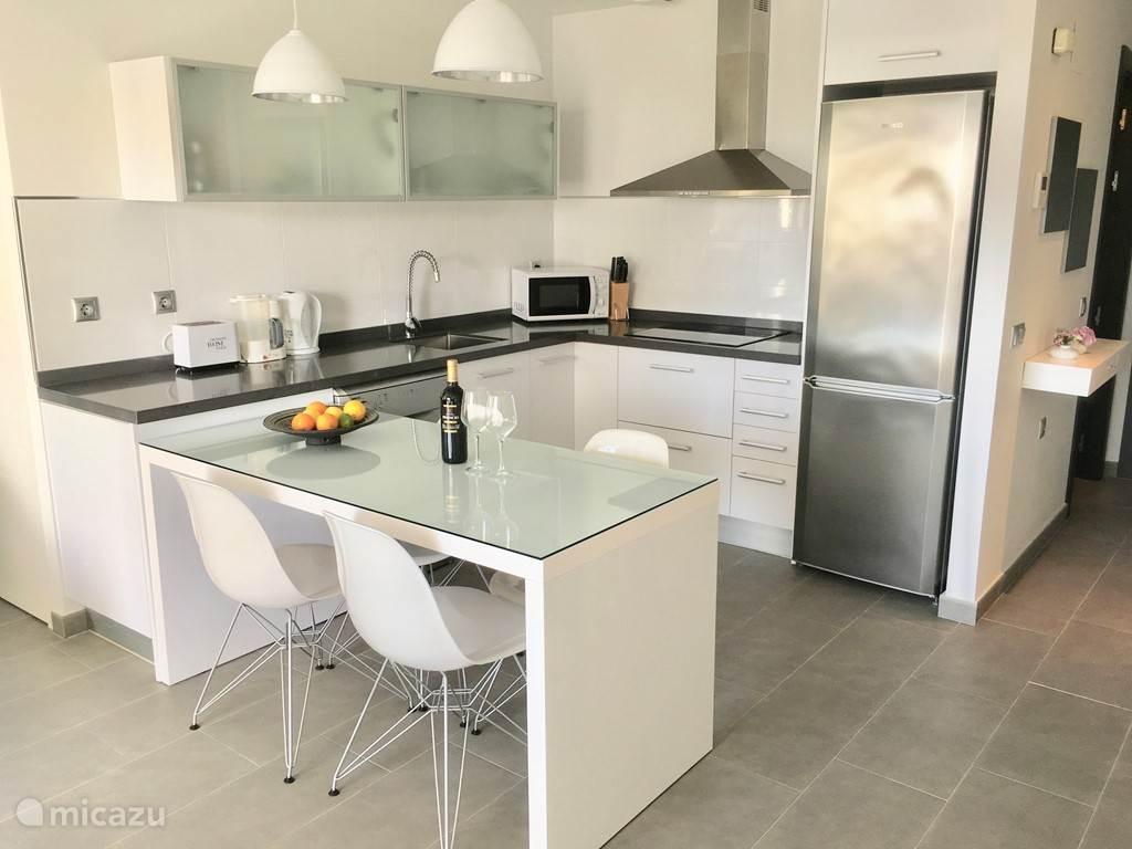 De moderne keuken met afwasmachine.