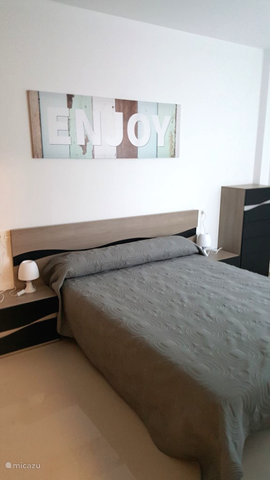 Slaapkamer met tweepersoons bed.