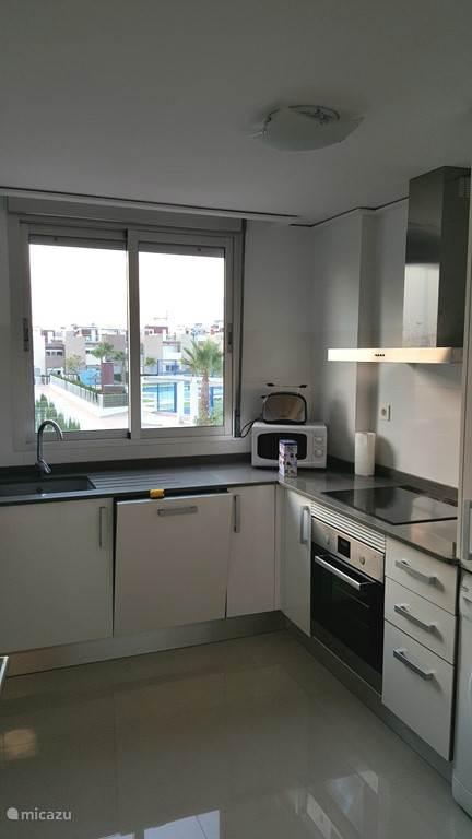 Onze moderne keuken met alle benodigde inbouwapparatuur