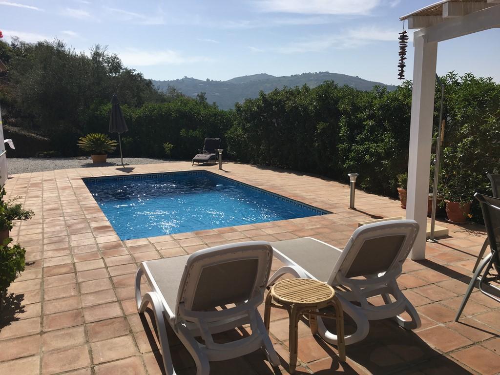 Nazomeren in Zuid Spanje? Ontdek het prachtige achterland (Axarquia) van Malaga. 4 pp huis met zwembad. Nu EUR 84,-p.dag (min 7 dagen).
