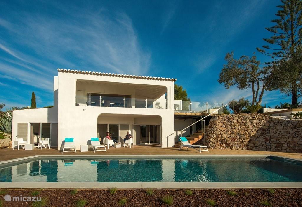 Voorkant Casa Vittore met op zwembad niveau drie slaapkamers