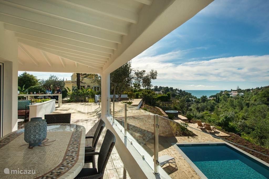 Overdekt terras direkt aan woonkamer met prachtig uitzicht