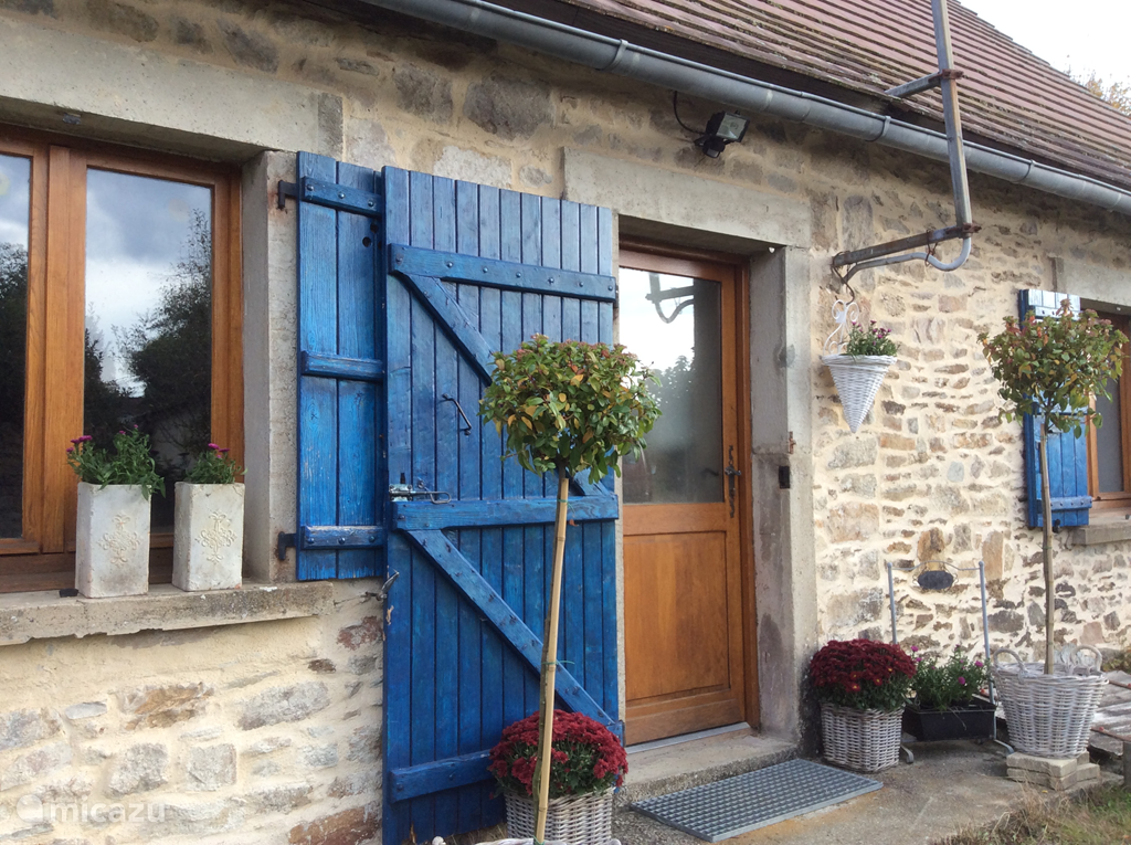'En pierre' house with attached walls and tiled interior. Convenient storage shed for furniture and bicycles