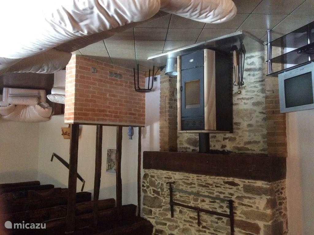 salon met c.v en pallet houthaard. ideaal voor de wintermaanden