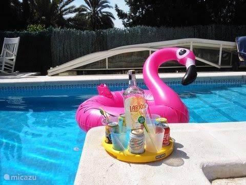 Apero time aan het zwembad