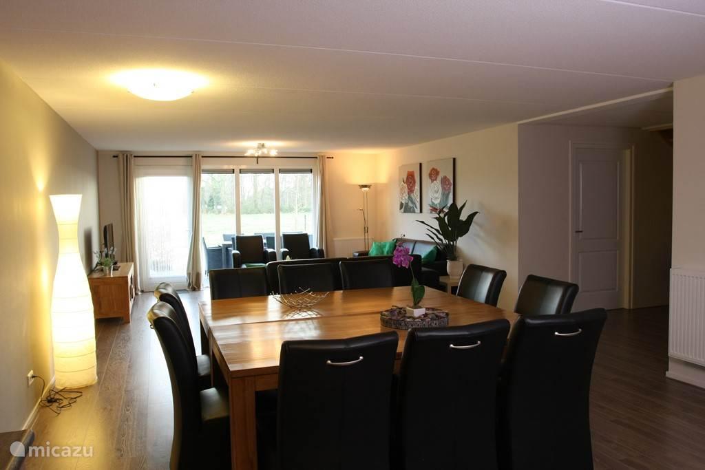 Eetkamer tafel plus zithoek