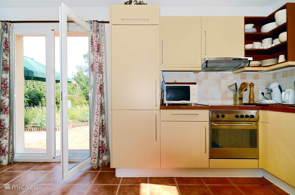 Keuken en deuren naar zijtuin