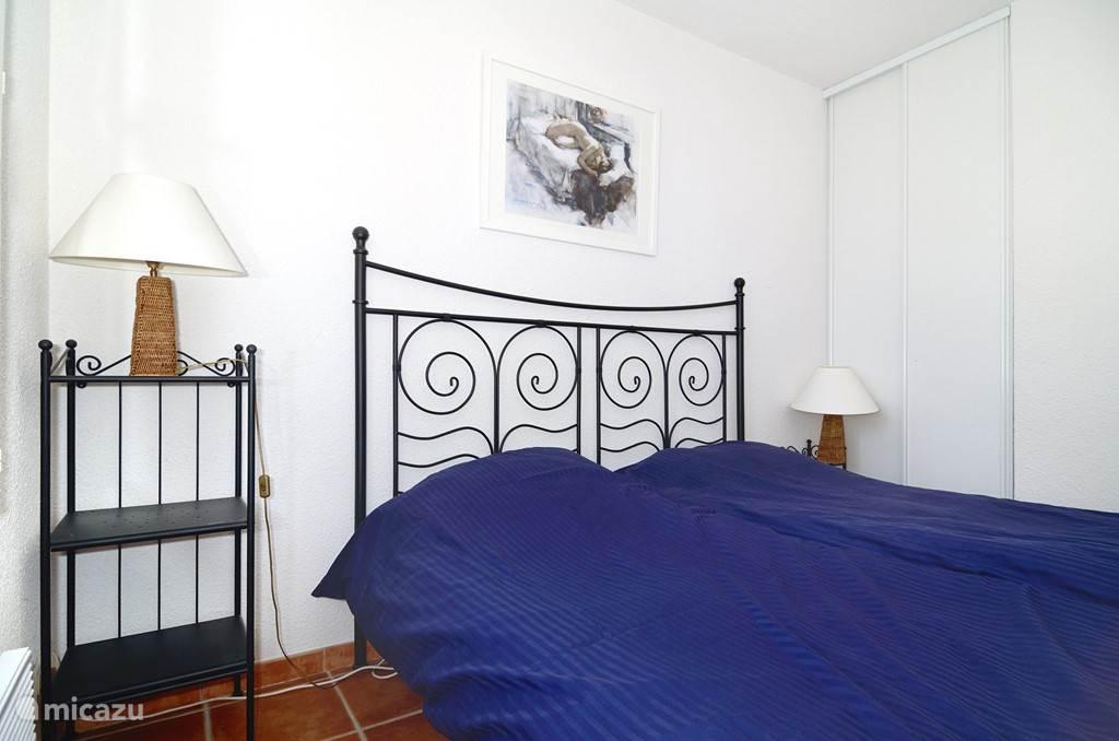 Slaapkamer achter met 2-persoonsbed