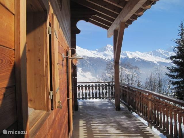 zij balkon in de winter