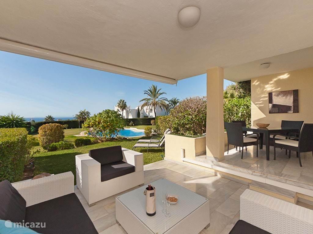 Terras appartement Tobago met tuin en uitzicht op zee