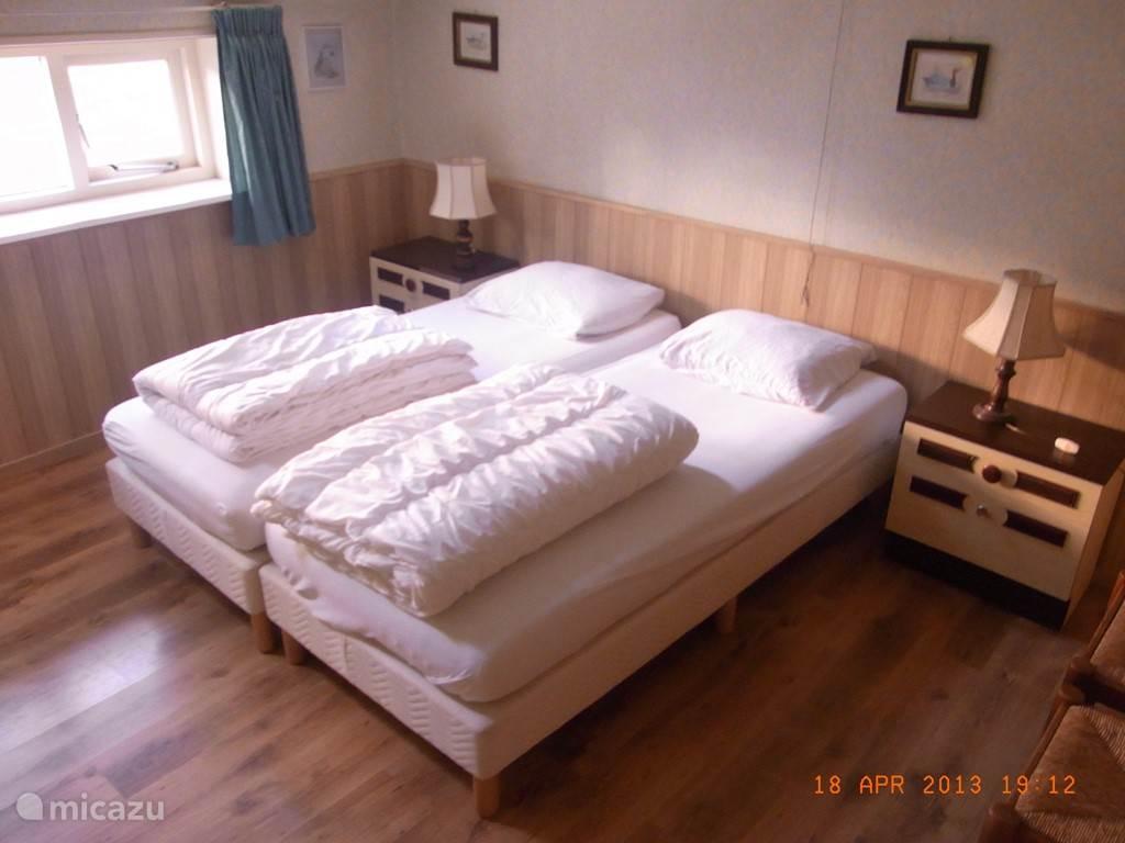 Tweepersoons slaapkamer, beneden, met wastafel.