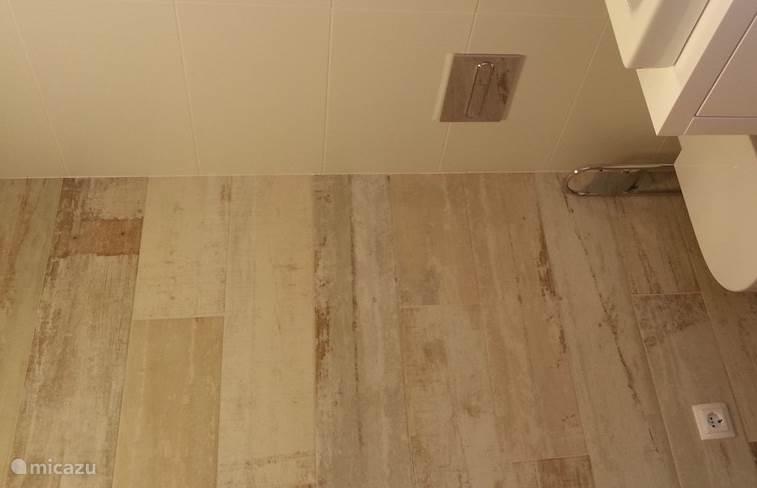 Badkamer 2 met inloopdouche, WC, wasbekken en vloerverwarming
