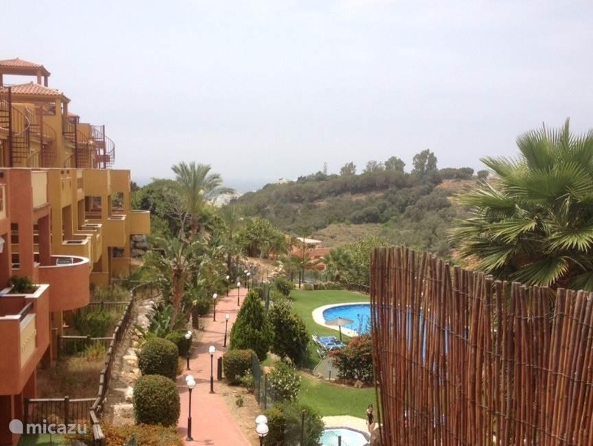 Uitzicht appartement Reserva de Marbella op binnentuin en zwembad