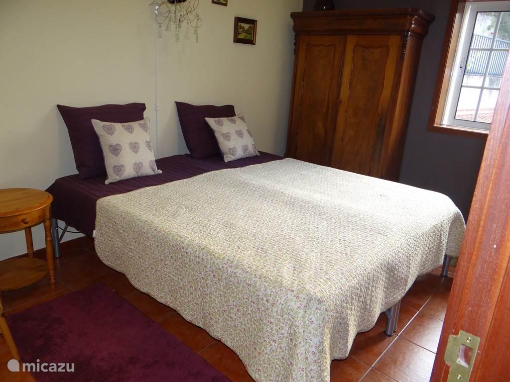 slaapkamer met 2 eenpersoonsbedden samengevoegd