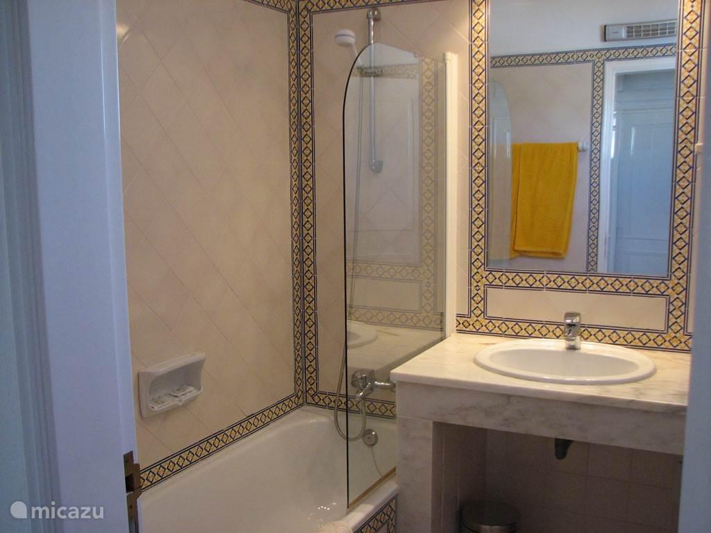 Badkamer 2 met ligbad, wastafel en toilet
