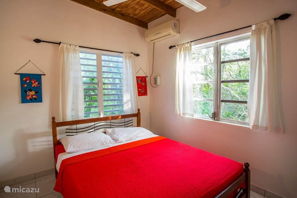Slaapkamer 1 met a/c en plafond fan